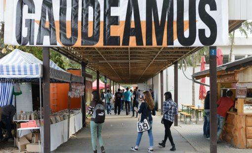 Vyše 160 samostatných vystavovate¾ov prezentuje vyše 3000 študijných programov, ktoré možno študova na slovenských alebo zahranièných školách na tohtoroènom jesennom Európskom ve¾trhu pomaturitného a celoživotného vzdelávania Gaudeamus v priestoroch výstaviska Agrokomplex v Nitre 17. októbra 2014. FOTO TASR - Henrich Mišoviè